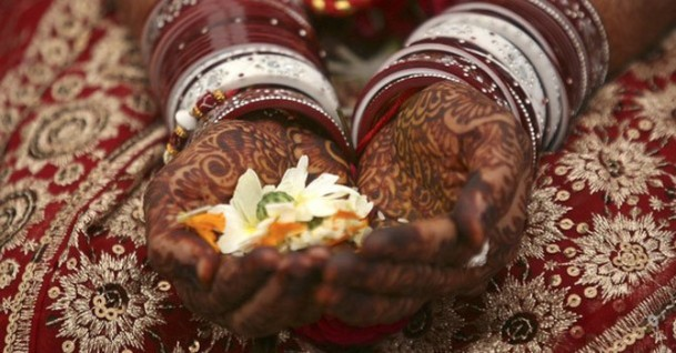 hindu-bride-holding-flowers-in-her-hand
